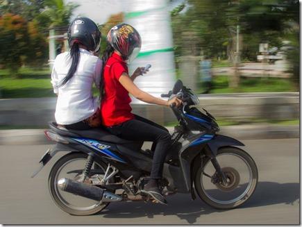 naik-motor-sambil-main-hape_thumb